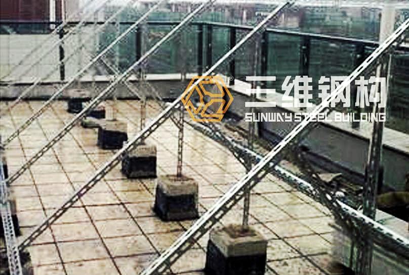 山东三维钢结构太阳能支架厂家,是一家专业从事太阳能支架、太阳能配件生产的企业。位于 城市位于山东省南部的山东省滕州市 , 京沪铁路、京沪高速铁路、京台高速公路、岚曹高速公路、104国道、京杭大运河贯通南北, 交通十分便利。本公司专业制造各种冷弯型钢设备,高速公路护栏设备,钢结构用屋面及墙体围护压型钢板等设备及各类压型钢板生产线如:墙面屋面板生产线;楼面钢承板生产线系列等。可生产以下异型材,如:轻钢龙骨,开关柜立柱,电梯导轨,卷帘片,门框套,塑钢衬筋,电缆桥架,母线桥架,防盗门框,门板,仓储货架,超市货架,